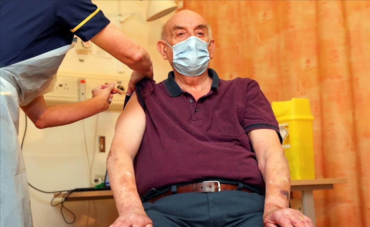 Brian Pinker, de 82 años, recibe la vacuna de Astra Zeneca en el Hospital Churchill de Oxford, este lunes.