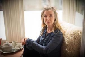 Rebecca Solnit, autora de 'Los hombres me explican cosas', tomando el té en su casa de San Francisco.