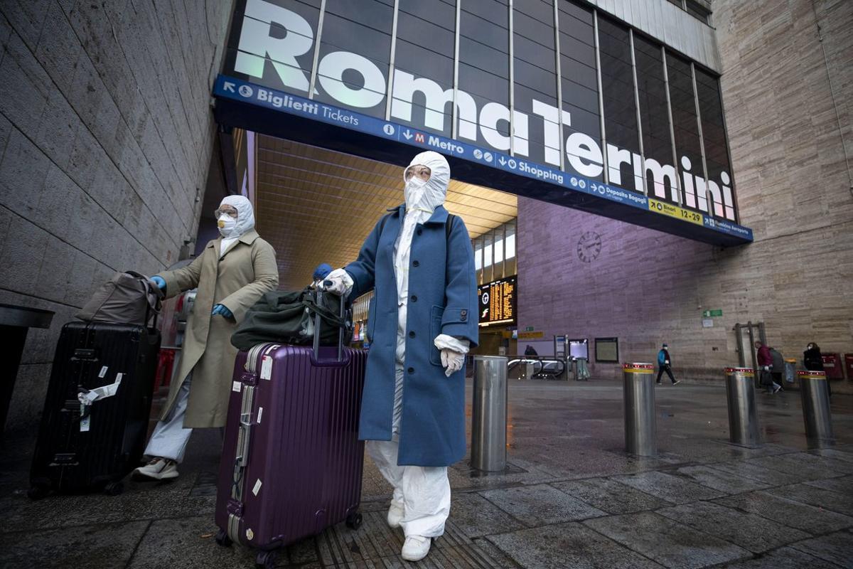 Dos pasajeras, en la estación Termini de Roma.