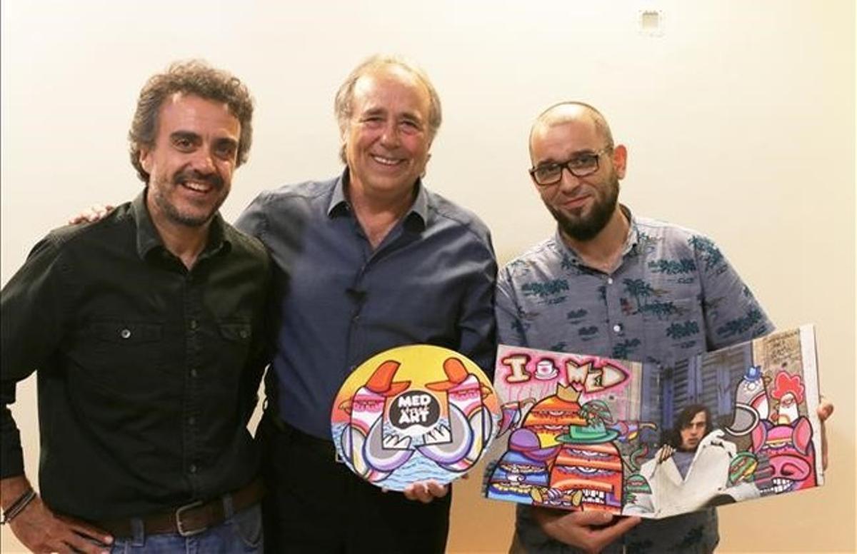 David Hernández (izquierda), Joan Manuel Serrat y el artista urbano J Loca.