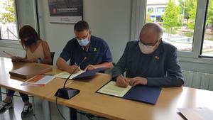 Firma del convenio con ambos ayuntamientos.