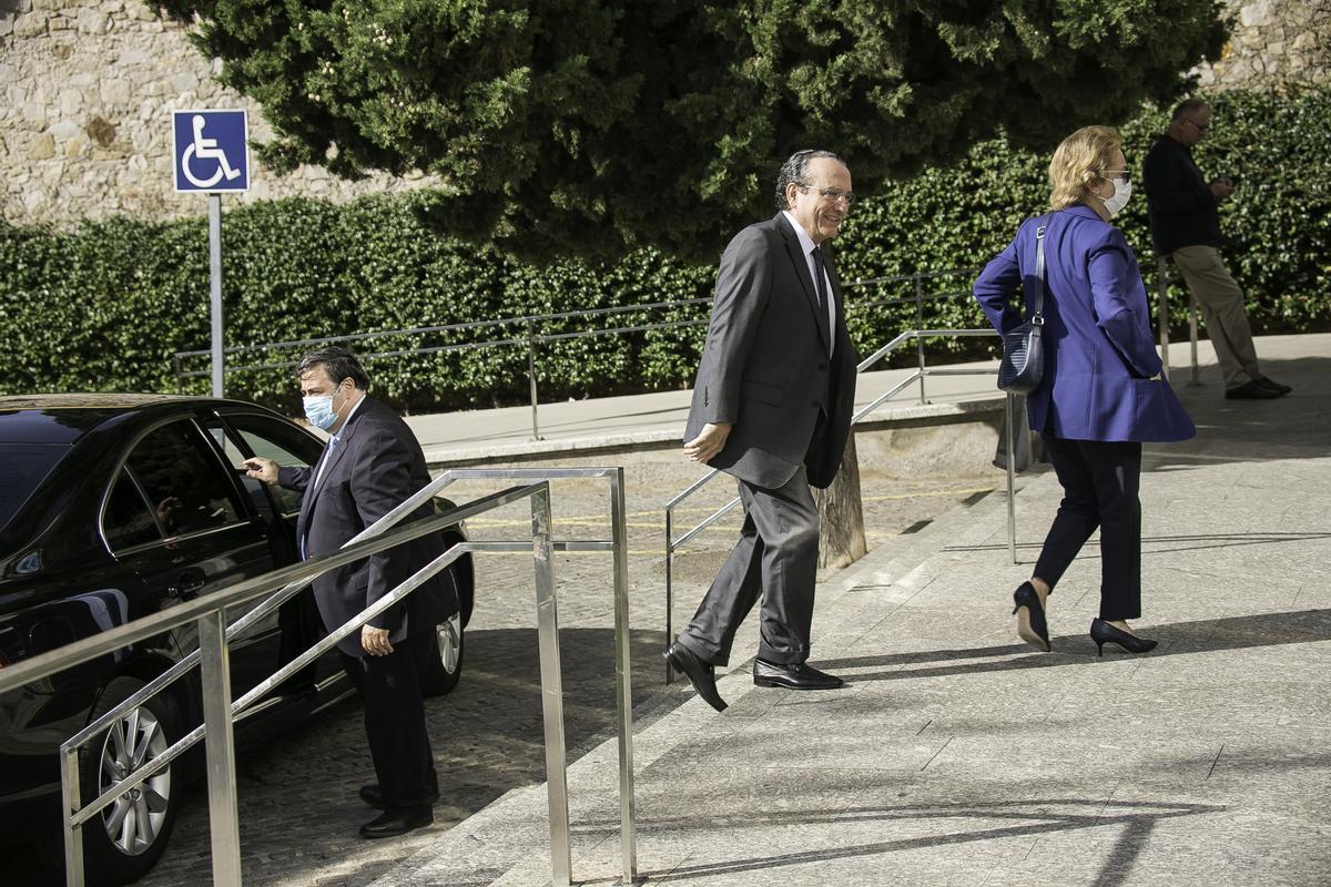 Javier Moll y Arantza Sarasola, a su llegada al funeral de Antonio Franco.