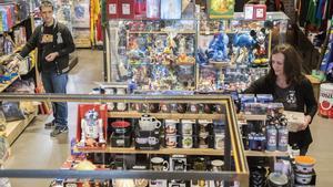 José y Olga, los dueños de Friquest, delante de los estantes y vitrinas repletas de objetos de series, películas, libros y videojuegos.
