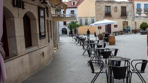 Una terraza vacía durante el verano en una calle de Aranda de Duero (Burgos), durante el aislamiento de 14 días del municipio para contener la propagación del coronavirus.