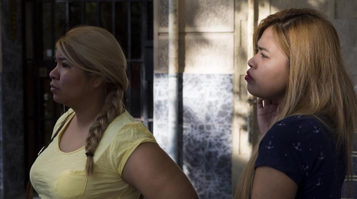 Marcela, a la izquierda, madre de una niña de nueves meses, junto a su hermana, en la puerta de su casa.