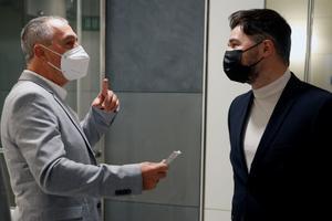 Joan Baldoví (Compromís) y Gabriel Rufián (ERC) se saludan, este martes en el Congreso, al encontrarse en la puerta de la sala de prensa.