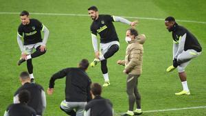 Suárez, en el centro, en el entrenamiento de este lunes del Atlético en Bucarest.