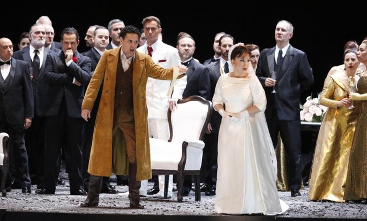 Juan Diego Flòrez, con chaqueta marrón y Elena Mosuc, vestida de novia, en una escena de la obra.