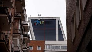 MADRID  27 03 2021  ECONOMIA  Cambio de logotipo de Bankia por el de Caixabank en la Torre Kio   FOTO  JOSE LUIS ROCA