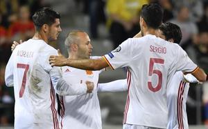 Iniesta, Morata, Busquets e Isco celebran el segundo tanto español.