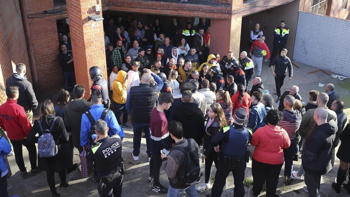 Los vecinos se concentraron al día siguiente del asesinato para mostrar su repulsa por el crimen. Josep Garcia
