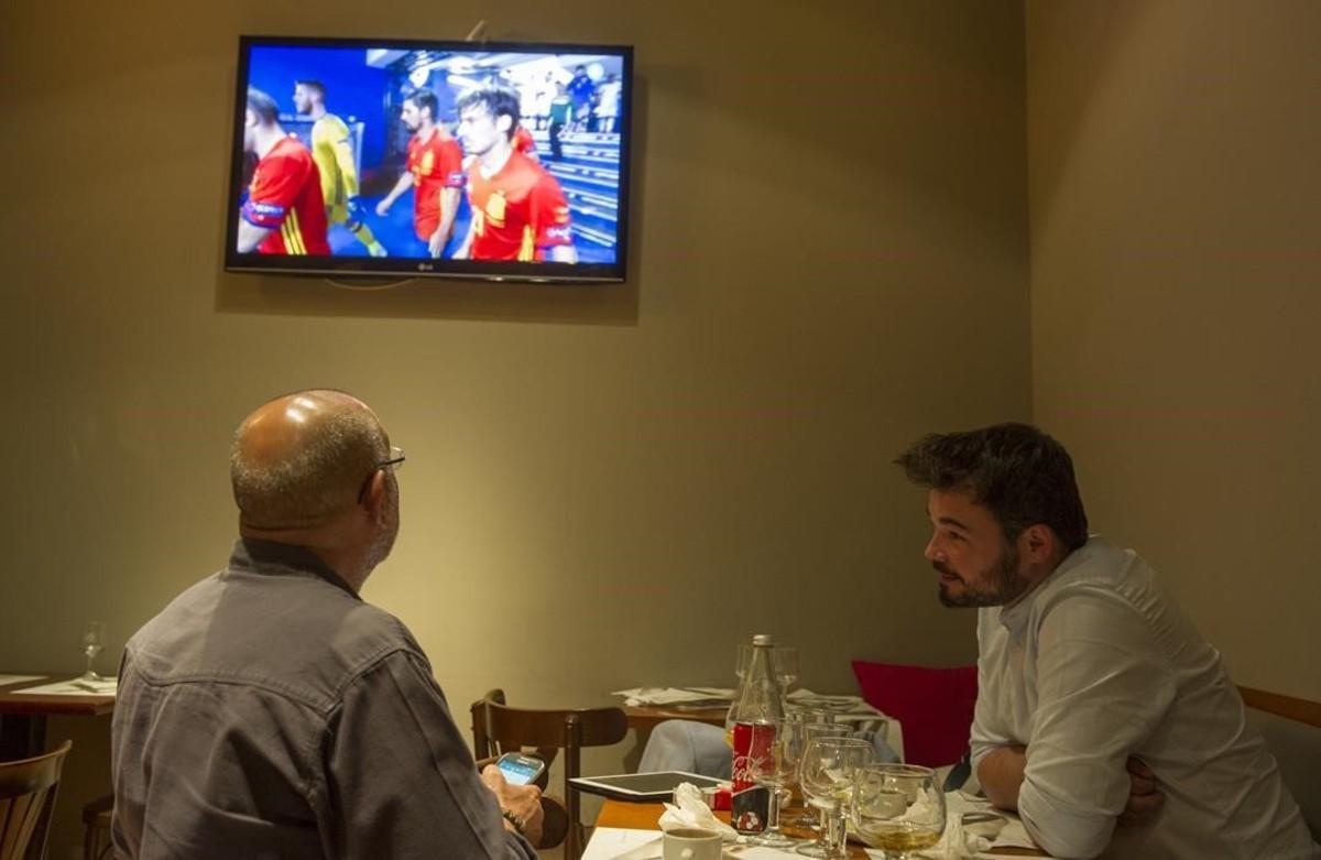 Gabriel Rufián, durante el partido de debut de España en al Eurocopa, este lunes en Tàrrega.