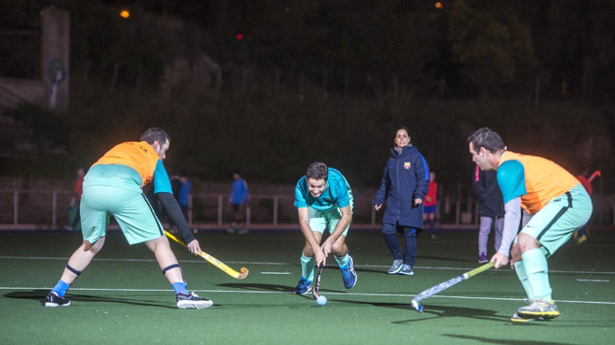 Jugadores del FC Barcelona de hockey hierba que participan en la nueva liga catalana para personas con discapacidad.