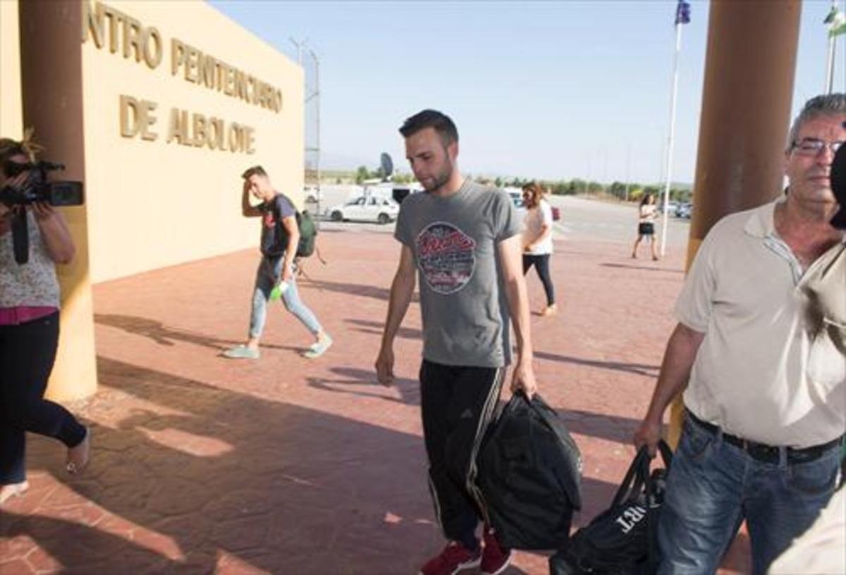 Alejandro Fernández, a punto de entrar en la prisión granadina de Albolote, en Granada, este martes.