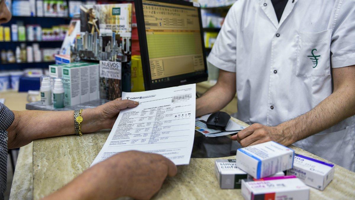 Compra de medicamentos con receta en una farmacia de Barcelona.