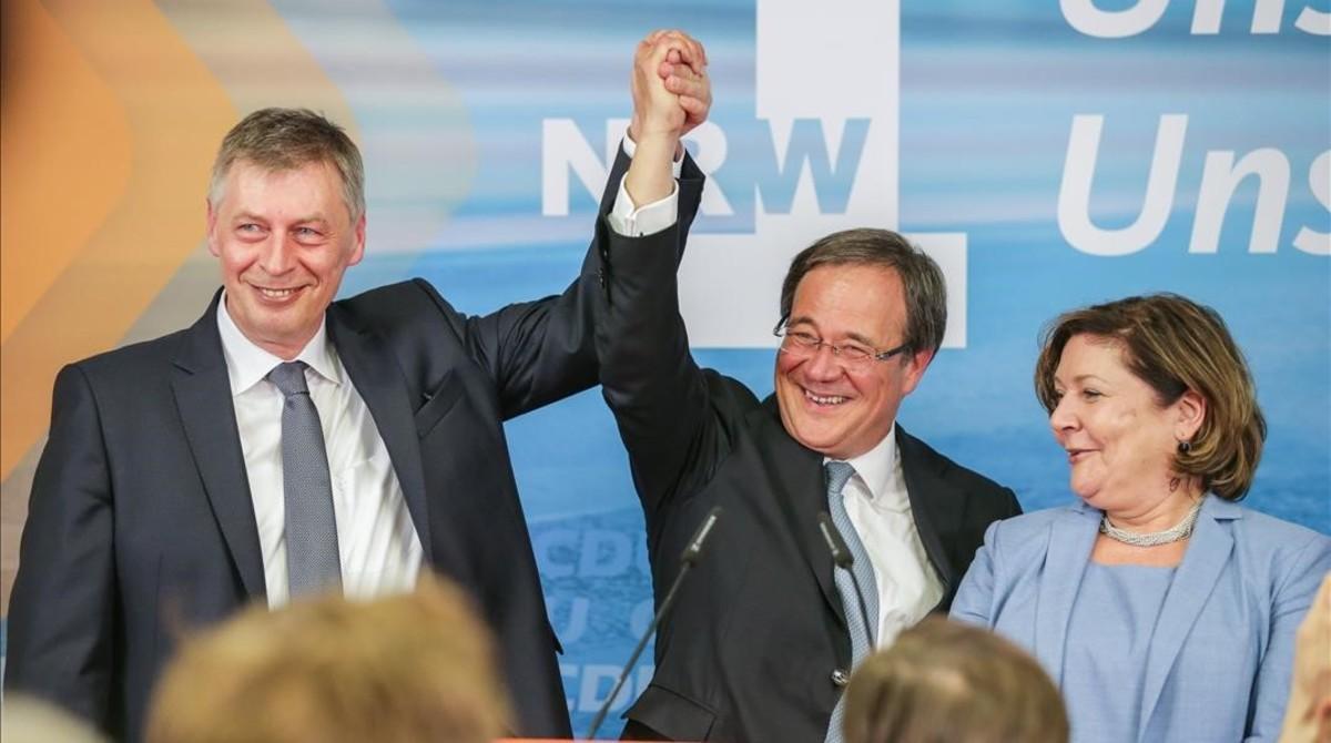 Armin Laschet (centro), el líder regional del CDU, con su esposa Susanne, y Bodo Loettgen, el secretario general en Renania del Norte-Westfalia.