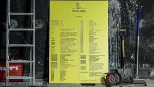 Cartel del manifiesto de la nueva librería Finestres en el local, aún en obras.
