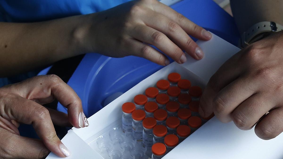 Una caja con vacunas contra el covid en la localidad colombiana de Medellín, este jueves.