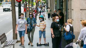 Solo el 5% de los españoles tiene anticuerpos contra el coronavirus. En la foto, barceloneses paseando por el barrio de Sants.