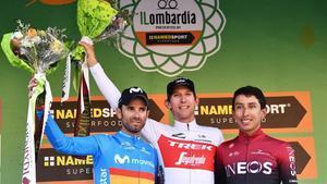 Valverde y Bernal flanquean a Mollema en el podio de Como.