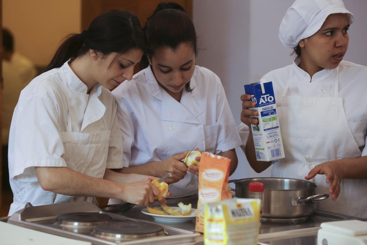 Unas jóvenes sin empleo realizan un curso de cocina en el Campus Universitario Torribera de la UB.