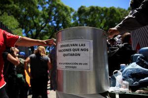 Protesta en Buenos Aires en contra del recorte en las raciones de los comedores sociales.