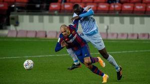 Braithwaite trata de eludir la falta de Diakhaby durante el partido de Liga con el Valencia