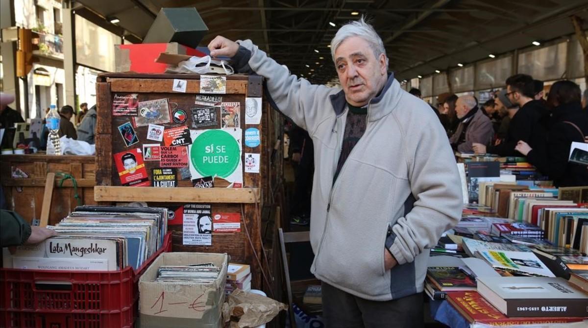 Manel Aisa y su carro en el mercado de libros de Sant Antoni.