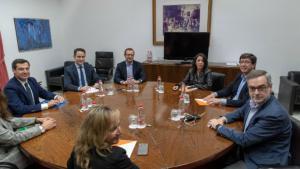 Los equipos negociadores de Partido Popular y Ciudadanos, encabezados por el presidente del PP andaluz, Juanma Moreno (izquierda), y el líder regional de Ciudadanos,Juan Marín (segundo por la derecha).