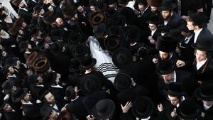 La comunidad ultraortodoxa asiste al funeral de uno de los fallecidos en la estampida de Lag Baomer.