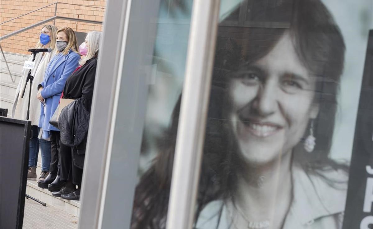 La número dos del PDeCAT por Barcelona, Joana Ortega, junto a un cartel electoral de la candidata de JxCat, Laura Borràs.
