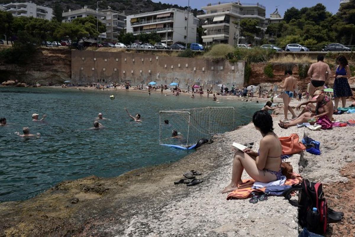 Domingo de playa en un suburbio de Atenas a pesar de la grave crisis del Gobierno griego.