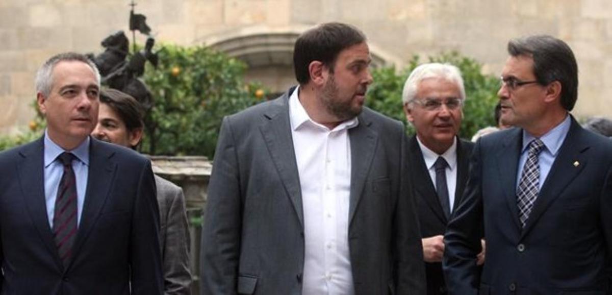 De izquierda a derecha, Pere Navarro, Oriol Junqueras y Artur Mas, en diciembre del año pasado. JULIO CARBÓ