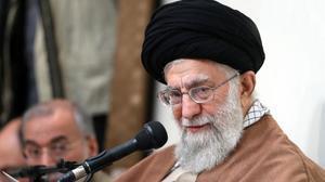 El líder supremo iraní, el ayatolá Ali Khamenei, en el discurso donde culpa a los enemigos de Irán de pretender desestabilizarlo.