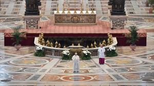 El papa Francisco impate la bendición Urbi et Orbi durante la misa del Domingo de Resurreción, en una vacía basílica de San Pedro del Vaticano debido al coronavirus.