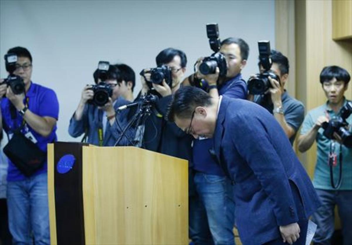 Koh Dong-Jin, presidente de Samsung, pide excusas, ayer.