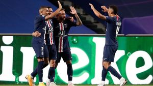 TOPSHOT - Paris Saint-Germain s Argentine midfielder Angel Di Maria (2nd L) celebrates with his teammates after scoring his team s second goalduring the UEFA Champions League semi-final football match between Leipzig and Paris Saint-Germain at the Luz stadium in Lisbon on August 18  2020  (Photo by Manu Fernandez   POOL   AFP)