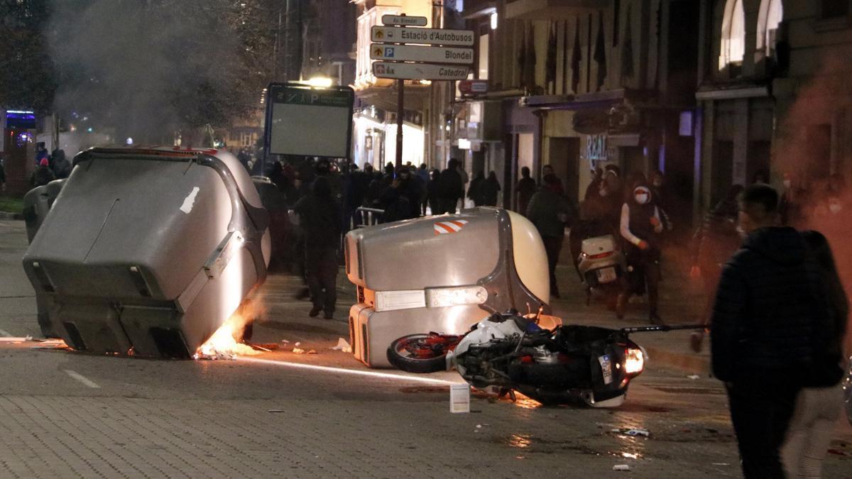 Disturbios frente a la subdelegación del Gobierno en Lleida.