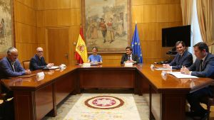 Los ministros de Trabajo, Yolanda Díaz, y Seguridad Social, José Luís Escrivá, junto a los máximos representantes sindicales y patronales.