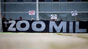Manifestantes brasileños muestran una pancarta en recuerdo a los más de 200.000 fallecidos por covid en Brasil, al tiempo que reclaman la vacuna.