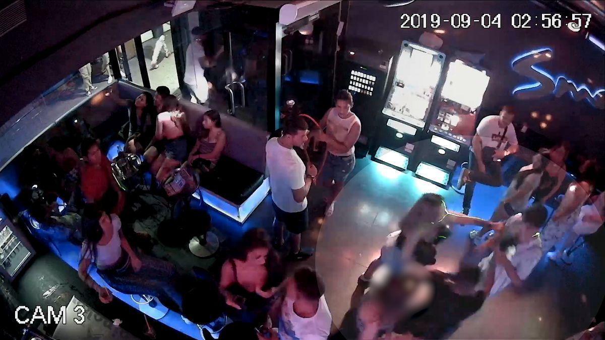 Grabación del momento en que la chica y el guardia de seguridad del local del Port Olímpic de Barcelona fueron apuñalados.