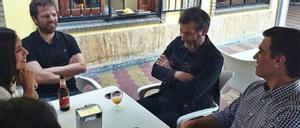 P. Roca y J. Martí, de LHR, entre Morant y Sánchez, en imagen difundida por este en 2014.