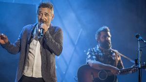 Santi Balmes y Julián Saldarriaga, en el concierto de Love of Lesbian en el Festival Jardins de Pedralbes, este jueves.