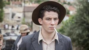 Josh O'Connor (Lawrence Durrell) en 'Los Durrell'.