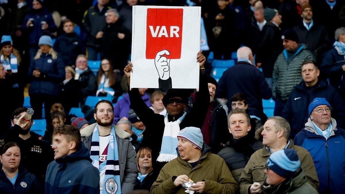 Un hincha del City muestra un cartel contra el VAR en un partido ante el Crystal Palace el pasado 18 de enero.