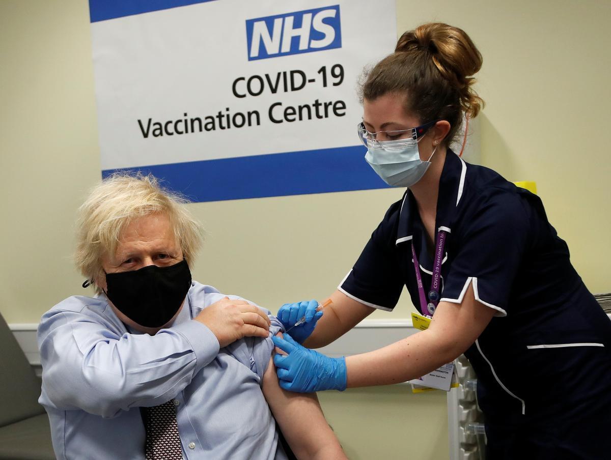 Johnson recibe la vacuna AstraZeneca.