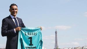 Keylor Navas luce su nueva camiseta del PSG.
