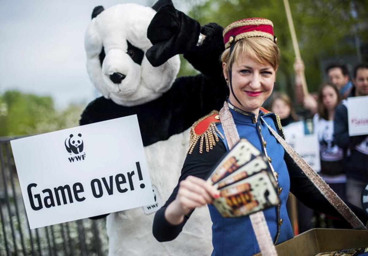 Activistas de WWF disfrazados protestan ante el Panel Intergubernamental de Expertos sobre Cambio Climático de las Naciones Unidas (IPCC), en Berlín, el viernes.