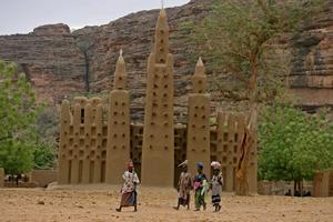 XNB16  TEGROU  MALI   29 4 2007 - Mujeres pasan frente a una mezquita hecha enteramente de barro en la localidad de Kanikomole en el pais Dogon  Mali  hoy domingo 29 de abril  La tribu Dogon es una de las mas antiguas de Africa y con la cultura y tradiciones mas preservadas  La primera ronda de las elecciones presidenciales en Mali transcurrio hoy sin ningun incidente tanto en la capital  Bamako  como en el interior del pais  informaron emisoras regionales captadas en Dakar  EFE NIC BOTHMA