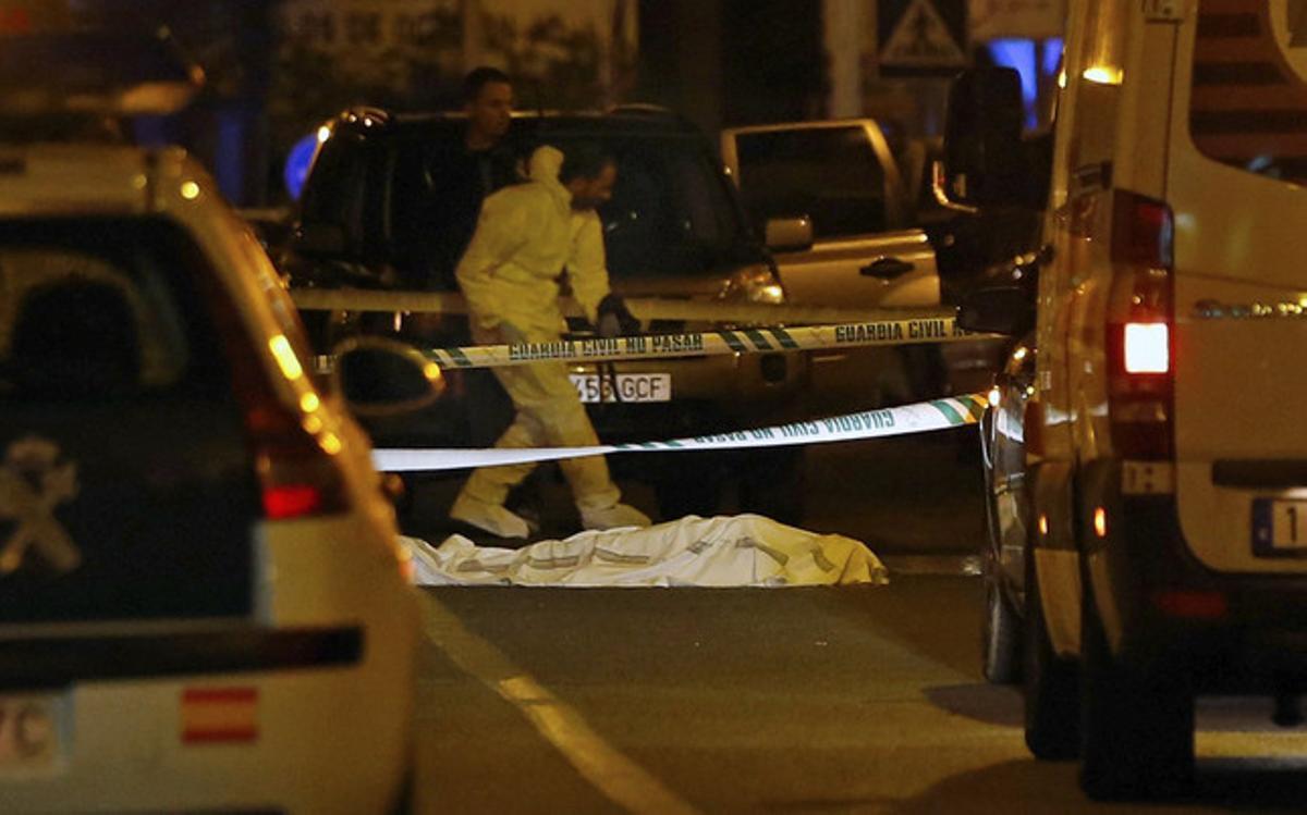 GRA335. VALENCIA, 08/11/2015.- Dos mujeres han fallecido hoy en Lliria (Valencia) por arma de fuego en la calle Duque de Lliria, en un suceso que según ha indicado a EFE el alcalde de la localidad, podría tratarse de un crimen de violencia machista. EFE/Juan Carlos Cárdenas